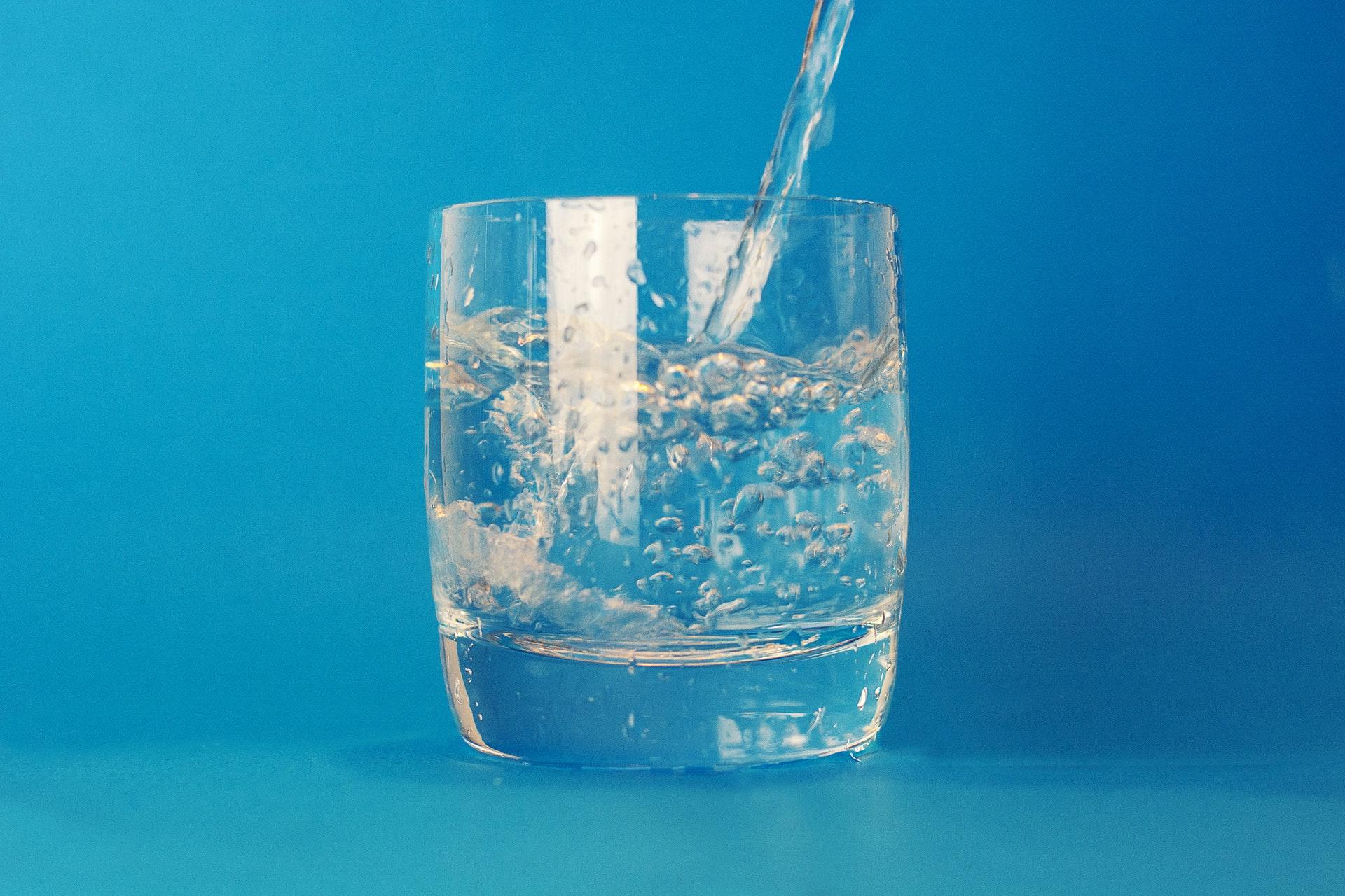 Woda i napoje w sklepach małoformatowych w sezonie