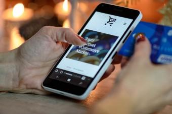 Coraz więcej Polaków robi zakupy na smartfonach