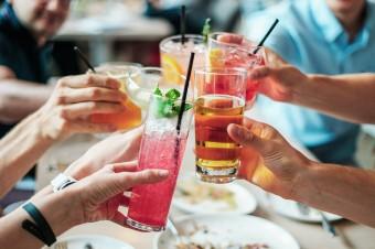 Zakaz sprzedaży alkoholu w godzinach nocnych pomaga miastom dyscyplinować pijanych turystów
