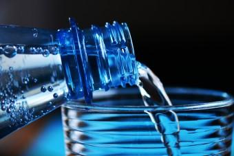 GIS: producent wycofuje wodę w związku z obecnością bakterii coli