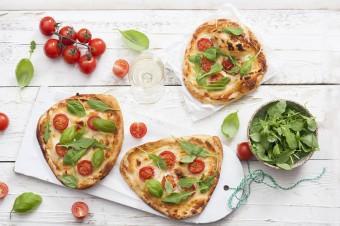 """Pizza party nie tylko dla dorosłych! Domowe """"koło ratunkowe"""" z serem kremowym Hochland"""