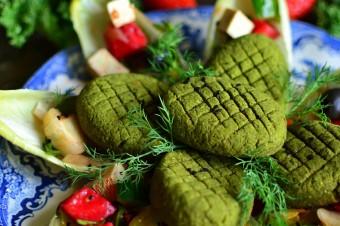 Hummus z ćwikłą i zielone kotleciki z jarmużu z dodatkiem superfoods, czyli przepis na letni obiad