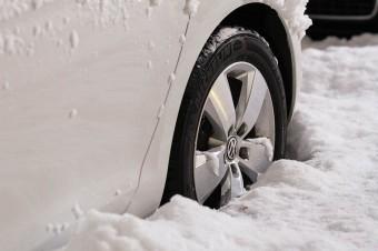 Nawet w środku zimy 35% kierowców jeździ na oponach letnich